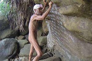Cuộc sống trên hoang đảo không mảnh vải che thân của cụ ông 82 tuổi