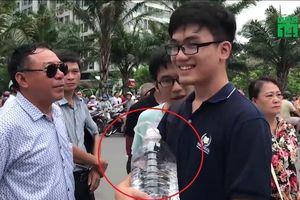Thí sinh Hà Nội vác cả bình nước đi thi để cầu may và cái kết 'lệch tủ'