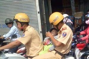 Bức ảnh CSGT cho bé trai bú sữa bình trên xe đặc chủng gây sốt cộng đồng mạng