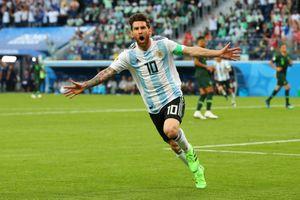 Messi ghi bàn, san bằng thành tích của Maradona và Batistuta