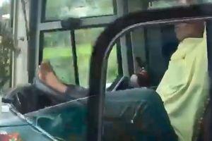 Tài xế xe khách dùng chân lái xe