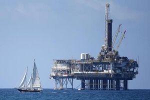 Giá dầu tăng mạnh trước lệnh trừng phạt của Mỹ đối với Iran
