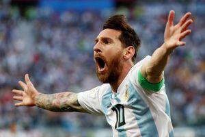 Messi mang 'lá bùa' từ người phụ nữ vô danh