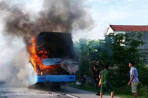 Xe giường nằm chở 23 khách cháy dữ dội trên đường