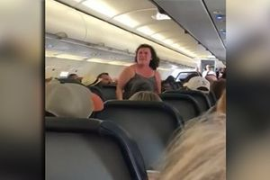 Liên tục chửi thề, người phụ nữ bị tống cổ khỏi máy bay