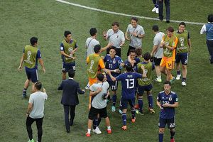 'Đá ma' câu giờ, tuyển Nhật Bản hứng bão chỉ trích