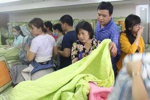 Nhiều người Sài Gòn chen mua chăn nệm giữa mùa nóng