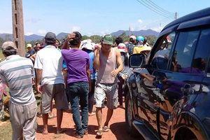 Dân tụ tập, giữ xe cán bộ để phản đối dự án điện mặt trời