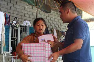 Báo trao tiền bạn đọc hỗ trợ đến tận tay người dân vùng thiên tai