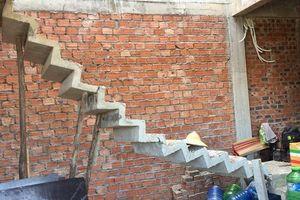 Chiếc cầu thang mỏng manh nhất năm: Đứng không vững, phải dùng cột gỗ chống