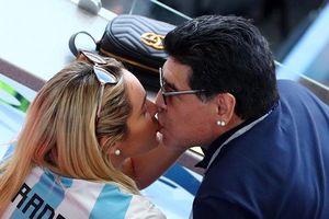 Bỏ quên Rô 'béo', Maradona thản nhiên 'khóa môi' bồ nhí