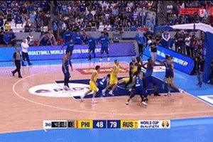 Cầu thủ bóng rổ đánh nhau kinh hoàng ở giải FIBA World Cup
