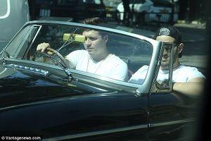 Cậu cả bảnh trai nhà Beck lái xe sang dạo phố dưới nắng hè London