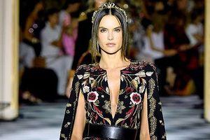 Alessandra Ambrosio hóa hoàng hậu xa hoa, catwalk đầy quyền lực