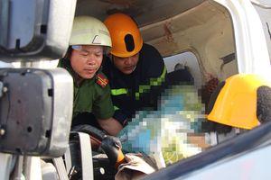 Cắt cabin, đưa thi thể tài xế bị kẹt cứng sau tai nạn ra ngoài