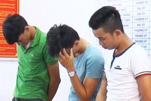 Nhóm thanh niên mang hung khí hỗn chiến giành khách du lịch