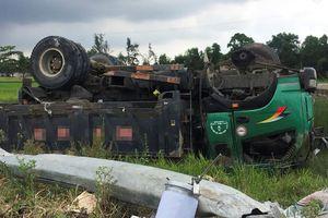 Ôtô tải phơi bụng dưới ruộng sau va chạm