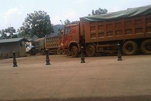 'Binh đoàn' xe chở quặng quá tải ở Lào Cai: Có thẩm lậu quặng hay không?