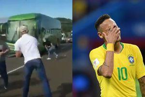 Neymar và đồng đội bị 'hắt hủi' khi về nước - người ném trứng, kẻ ném chai vào tuyển Brazil