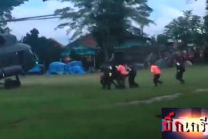 Các thành viên đội bóng Thái Lan được đưa lên trực thăng sau khi ra khỏi hang