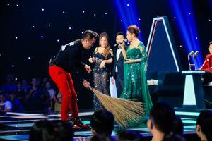 Bị bấm nút phong tỏa, Đàm Vĩnh Hưng mang chổi lên sân khấu lôi kéo thí sinh