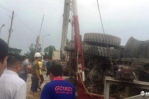 Nghệ An: Qua đường sắt bị chết máy, xe hổ vồ bị tàu khách tông biến dạng