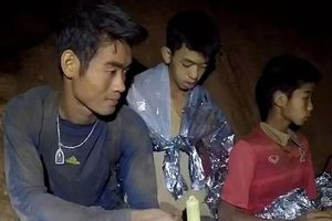 Bố mẹ các cậu bé đội bóng Thái Lan nói gì với huấn luyện viên đã đưa chúng vào hang?