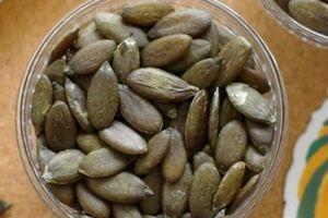 Hạt bí xanh, hàng hiếm 6 triệu/kg: Nhà có điều kiện, ăn vặt vui mồm