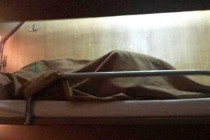 Đi tàu hỏa giường nằm, cặp đôi trùm chăn ngủ chung khiến hành khách tầng 1 lo lắng sập giường