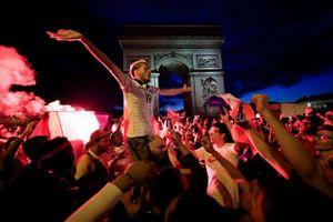 Cách ăn mừng chiến thắng World Cup của riêng người Pháp - Thủ đô Paris chìm trong 'khói pháo'