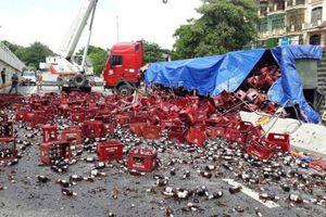 Thanh Hóa: Xe đầu kéo nổ lốp hàng nghìn chai bia phủ kín mặt đường