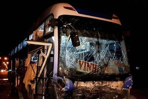 Ninh Bình: Xe khách húc văng xe tải, 32 hành khách may mắn thoát chết