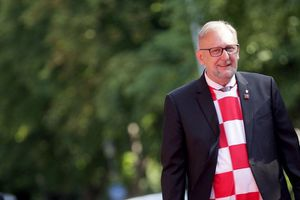 Mừng kỳ tích World Cup, Tổng thống, Bộ trưởng Croatia mặc áo đội tuyển đi họp