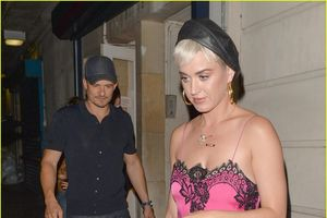 Katy Perry hồn nhiên mặc váy ngủ khi đi hẹn hò Orlando Bloom