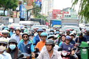 Cửa ngõ sân bay Tân Sơn Nhất hỗn loạn vì lật xe
