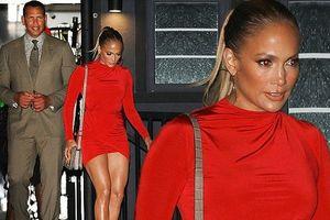 Jennifer Lopez diện váy siêu ngắn nóng bỏng đi ăn tối cùng bồ trẻ