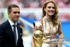 Siêu mẫu Nga Natalia Vodianova rạng rỡ mở cúp vàng cùng Philipp Lahm
