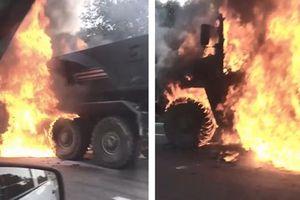 Xe bọc thép 'khủng' của Nga bốc cháy dữ dội trên đường cao tốc
