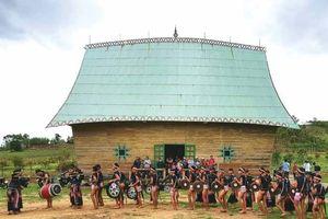 Vào thăm làng Bahnar ở Gia Lai