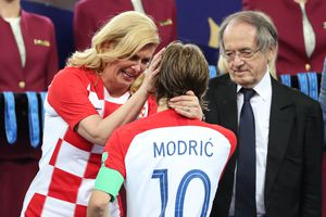 Nữ Tổng thống Croatia an ủi Modric sau thất bại ở chung kết