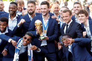 Pogba tạo dáng tinh nghịch cùng Tổng thống Macron trong lễ ăn mừng