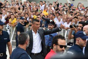 Ronaldo xuất hiện như một 'vị thần', CĐV Juventus gào khản cổ chào đón