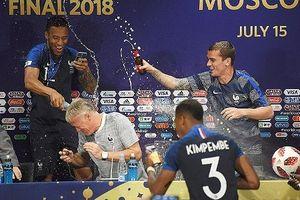 HLV Deschamps tắm trong bia, cảm xúc của tuyển thủ Pháp vỡ òa