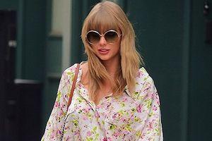 Taylor Swift khoe chân dài miên man với đầm họa tiết hoa ngắn gợi cảm
