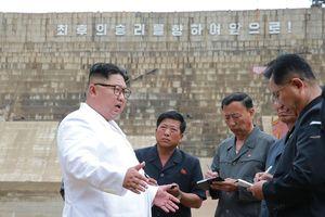 Thị sát công trình 17 năm xây chưa xong, ông Kim Jong-un nổi giận