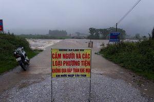 Nhiều cầu tạm ở Con Cuông bị cuốn trôi, giao thông chia cắt