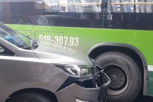 Ùn tắc kéo dài sau vụ va chạm giữa xe buýt và ô tô con