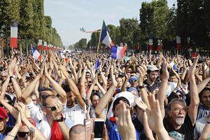 'Biển người' đổ ra đường đón nhà vô địch World Cup 2018 trở về Paris