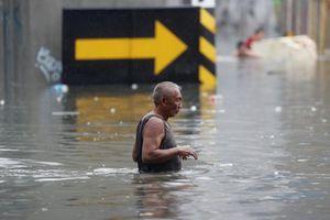 Bão Henry hoành hành, thủ đô Manila 'phố biến thành sông'