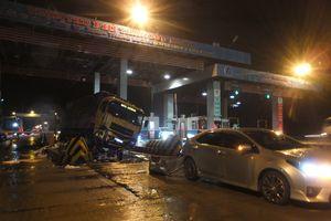 Xe tải tông sập cabin trạm thu phí đường cao tốc TP.HCM - Trung Lương